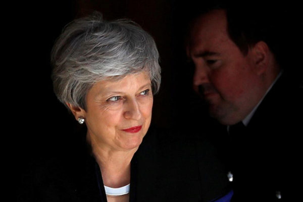 La 'premier' británica Theresa May sale de Downing Street, Londres.