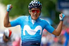 Richard Carapaz celebra su victoria en la etapa del Giro.