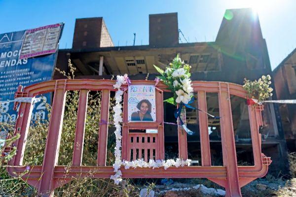 Una foto y varios ramos de flores recuerdan a la mujer italiana que falleció el lunes en el incendio del edificio de okupas de Es Viver en Ibiza.