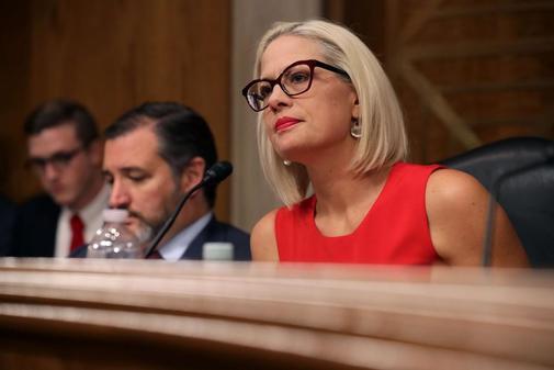 La senadora Kyrsten Sinema, miembro de la Subcomisión de Aviación y Espacio del Senado, en una audiencia en el edificio de oficinas del Senado de Dirksen en Capitol Hill, en Washington, DC..