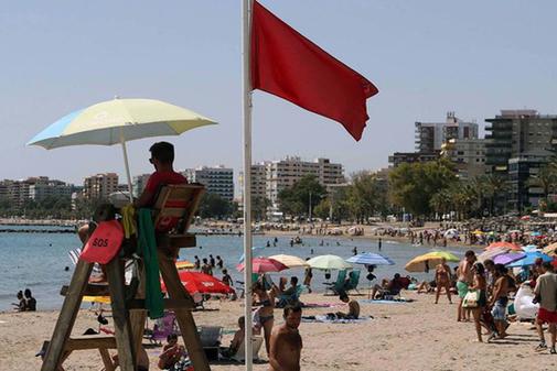 Playa de Benicàssim con bandera roja el pasado año.