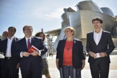 Juan Mari Aburto, Itxaso Atutxa y Unai Rementeria junto al Guggennheim tras presentar sus propuestas socioeconómicas.