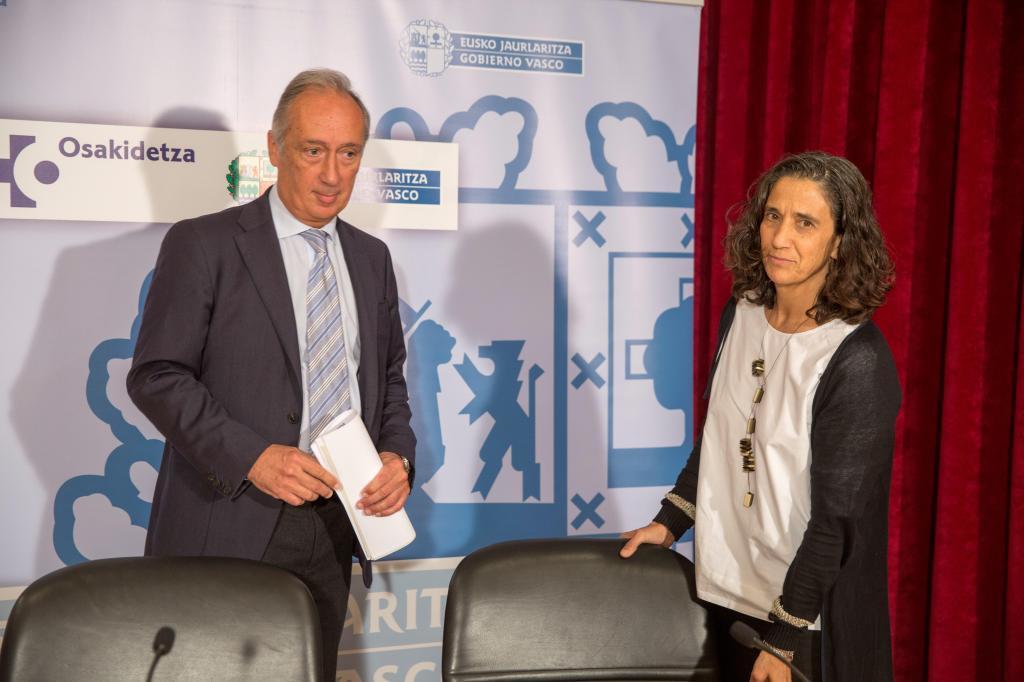 El director de Osakidetza, José Luis Diego, y la responsable de Recursos Humanos, María Pilar Uriarte.