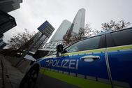 Vehículos de la policía están estacionados frente a la sede del Deutsche Bank mientras unos 170 agentes de policía criminal, fiscales e inspectores fiscales registraban las oficinas del Deutsche Bank en Frankfurt, Alemania, en noviembre de 2018.
