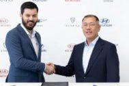 Mate Rimac, fundador de Rimac, junto a Euisun Chung, vicepresidente ejecutivo de Hyundai Motor Group.