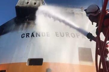 No hay vertidos tras el incendio de un mercante en Cabrera, que se remolca a Palma
