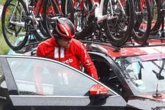 Team Sunweb rider Netherlands' Tom <HIT>Dumoulin</HIT> (2nd L) enters a car after abandoning the race during stage five of the 102nd Giro d'Italia - Tour of Italy - cycle race, 140kms from Frascati to Terracina on May 15, 2019. (Photo by Luk BENIES / AFP)