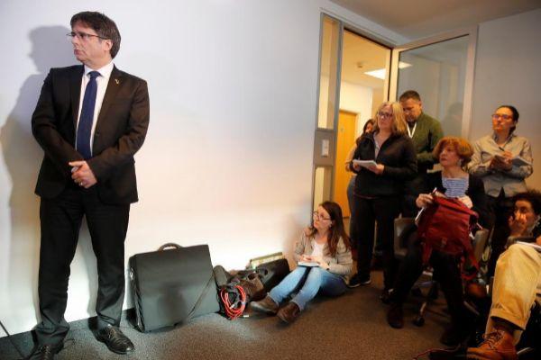 Carles Puigdemont, antes de participar en una rueda de prensa en...