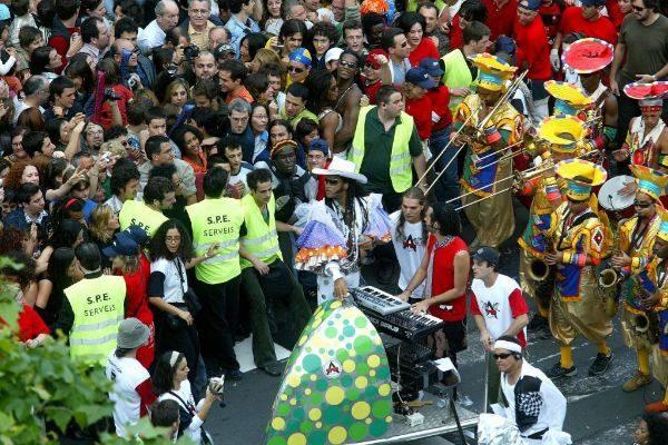 El cantante Carlinhos Brown en la rua de carnaval que protagonizó en 2004 en el paseo de Gràcia de Barcelona para inaugurar el Fòrum.