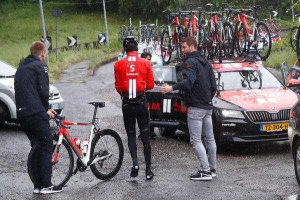 Dumoulin, tras echar pie a tierra en la quinta etapa del Giro.