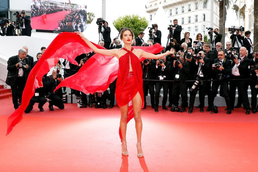 La actriz y modelo brasileña posa para los medios en la alfombra roja antes de la proyección de 'Les Miserables'.