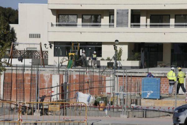 Varios operarios trabajan en una promoción de viviendas que se construye en la Playa de San Juan.