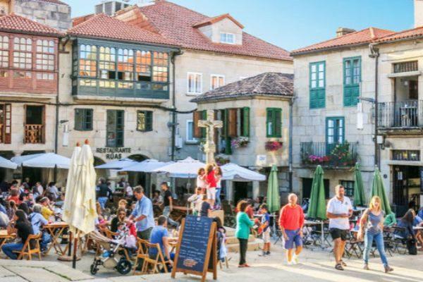 Una plaza de Pontevedra, ciudad que ha peatonalizado todo su casco...