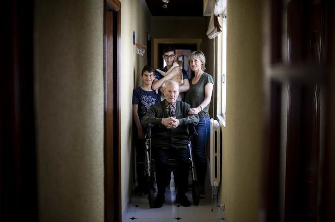 Ana, junto a su padre, enfermo de párkinson, su hijo Darío, síndrome de Prader-Willi (en el medio) y su hijo Alejandro.
