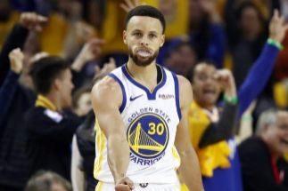 Stephen Curry celebra un triple ante los Blazers.