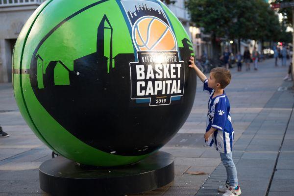Un niño ante el balón gigante que anuncia la Final Four.