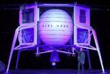 Jeff Bezos junto al módulo 'Blue Moon' diseñado para posarse sobre nuestro satélite