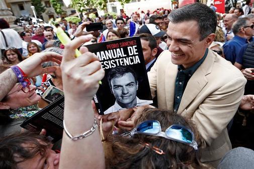Pedro Sánchez firma ejemplares de su libro en un acto del PSOE...