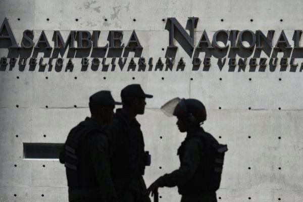 Miembros de la Guardia Nacional Bolivariana junto a la Asamblea Nacional.