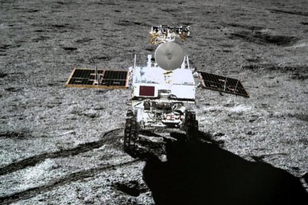 El rover Yutu-2, captado por la sonda Chang'e-4, el pasado enero en la Luna.