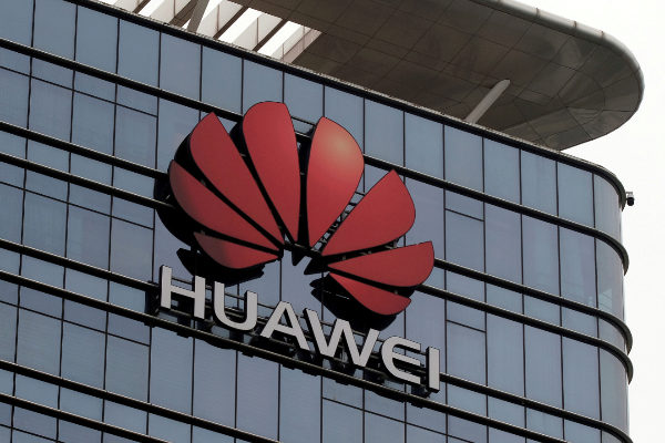 Logo de Huawei en una fábrica de la compañía en Dongguan, China.