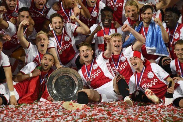 Los futbolistas del Ajax festejan su título de la Eredivisie.