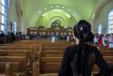 Una joven e una iglesia copta en Egipto.