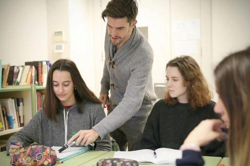 El profesor de Filosofía Bernard Andrews con sus alumnos de Caxton College.