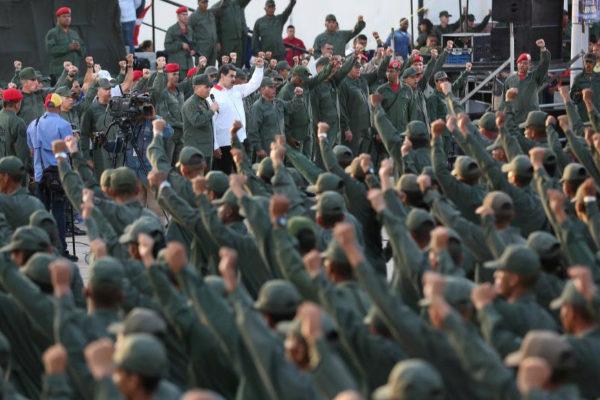 Nicolás Maduro, rodeado de militares en la base naval de Catia La Mar.
