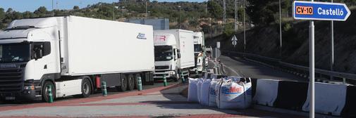 Varios camiones circulan por la CV-13 a la altura del término municipal de Torreblanca.