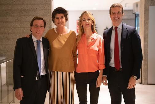 María San Gil, con Cayetana Álvarez de Toledo, Pablo Casado y José Luis Martínez-Almeida este jueves en Madrid.