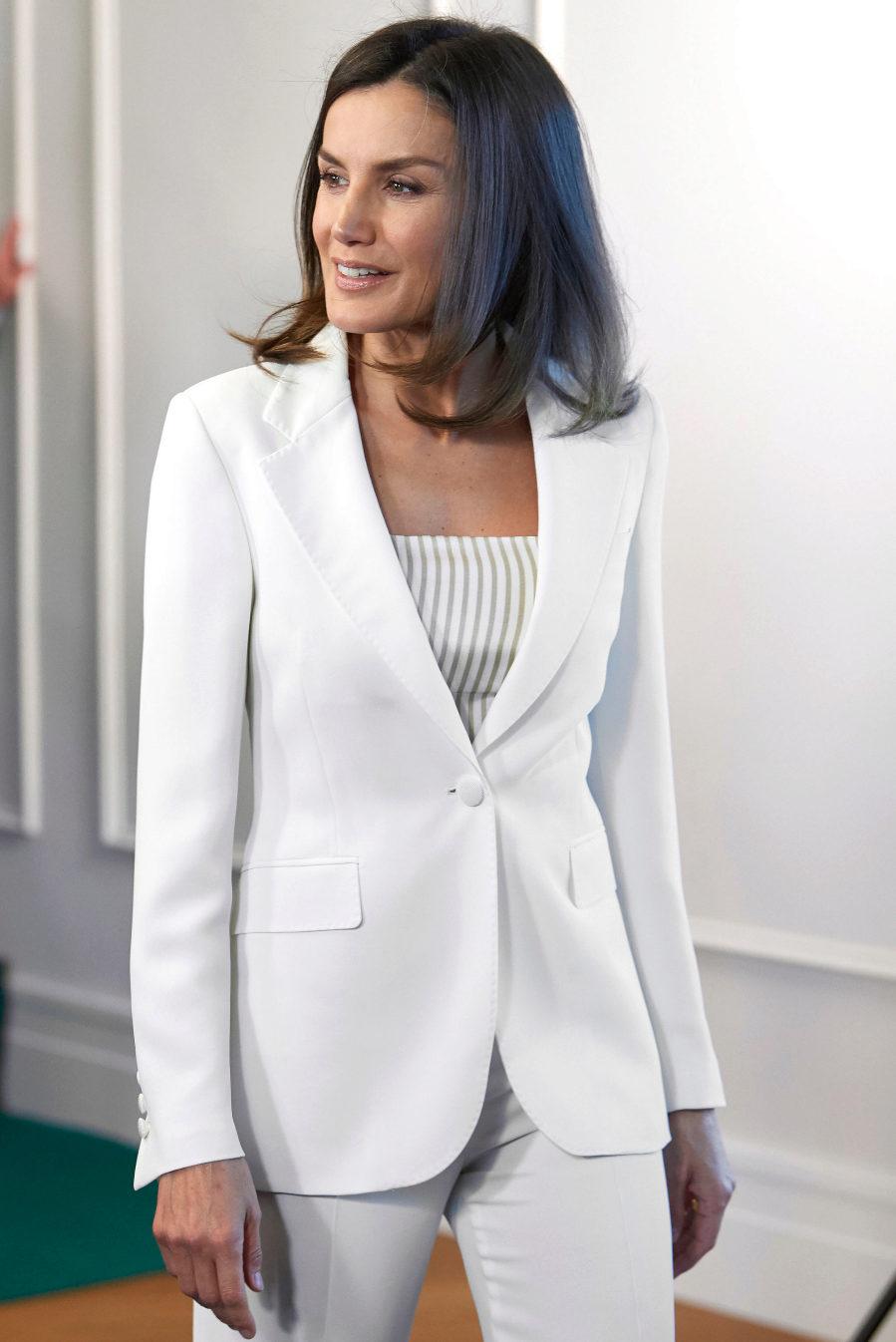 La Reina ha vuelto a apostar por hacer un guiño a ese traje de Armani...
