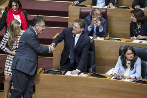 Enric Morera saluda a Ximo Puig ante Mónica Oltra en el pleno de constitución de las Cortes Valencianas.