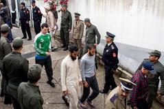 Policías marroquíes escoltan a un grupo de sospechosos de los asesinatos de dos mujeres nórdicas en diciembre en Salé.