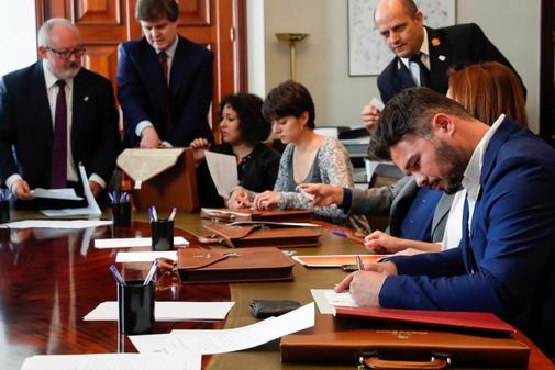 Los diputados electos de ERC, con Gabriel Rufián en primer plano, entregan sus credenciales este jueves en el Congreso.