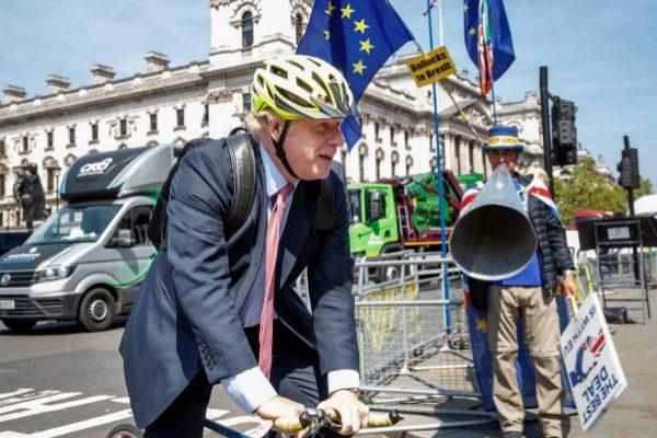Boris Johnson, llega en bicicleta al Parlamento británico.
