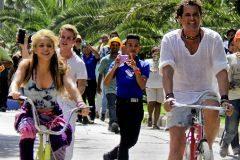 Shakira y Carlos Vives en el videoclip de La Bicicleta
