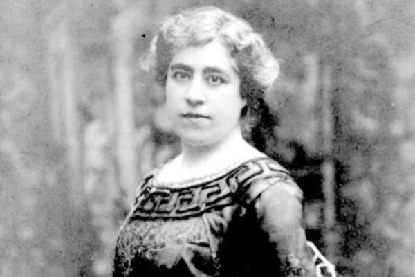 La escritora Caterina Albert (o Víctor Català).