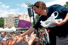 Pablo Iglesias saluda a los asistentes al acto electoral que protagonizó el 11 de mayo en Nou Barris.