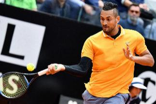 EPA6143. ROMA (ITALIA).- El tenista australiano Nick <HIT>Kyrgios</HIT> devuelve la bola al ruso Daniil Medvedev, este martes, durante el partido que enfrentó a ambos en la primera ronda del torneo de Roma (Italia).