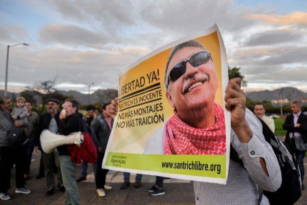 Simpatizantes de 'Jesús Santrich' se manifiestan frente a la oficina del Fiscal General, en Bogotá.