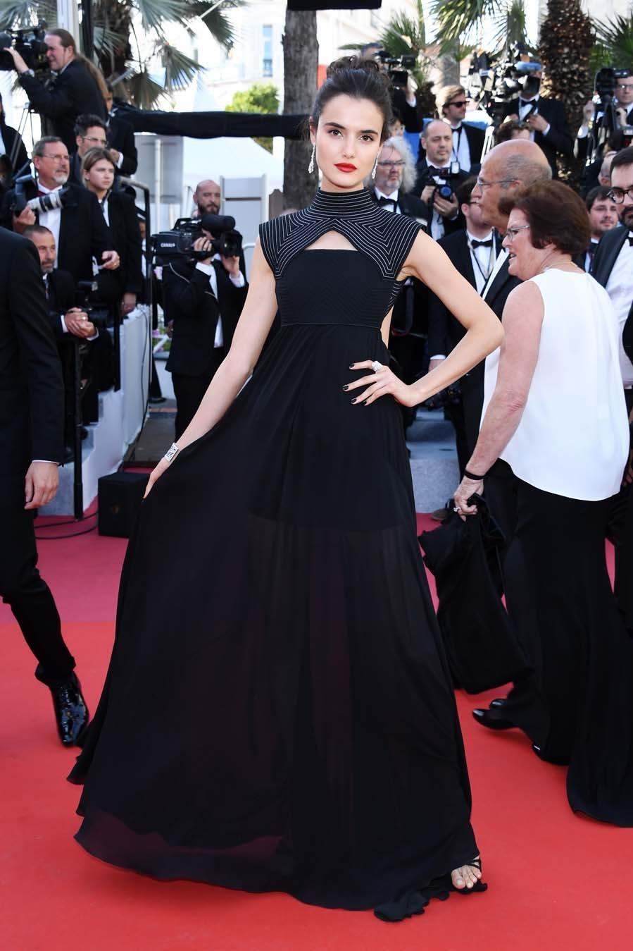 Blanca brilló  con un vestido negro de Givenchy con...