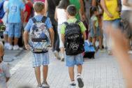 Dos niños se dirigen a la escuela en un colegio de Valencia.