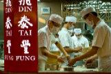 Los cocineros del restaurante Din Tai Fung, en Shanghai, trabajando en la cocina.