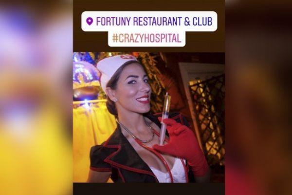 Una de la azafatas durante la fiesta en la discoteca Fortuny.
