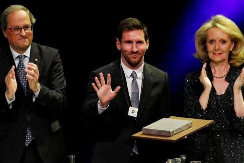 """Messi recibe la Creu de Sant Jordi por los """"servicios prestados a Cataluña"""""""