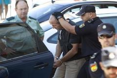 Julio Mateos, ex tesorero del Sector F de Almensilla, escoltado por la Policía tras ser detenido en 2016.