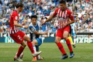 Rodrigo, ante Wu Lei durante un partido reciente en Cornellá.