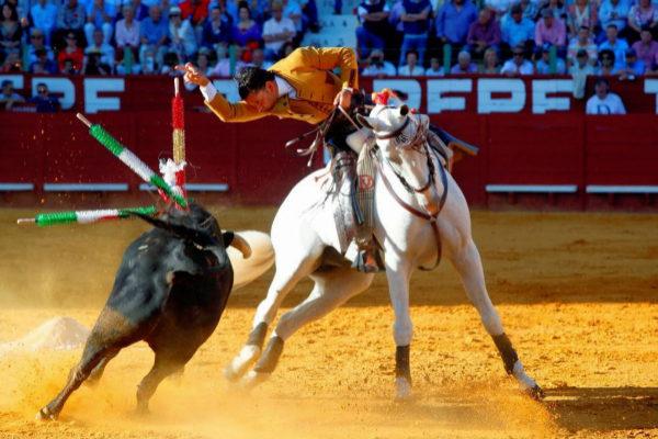 Diego Ventura clavando tras quebrar a su primer toro de Fermín Bohórquez.