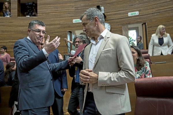 El presidente reelegido de las Cortes, Enric Morera, se dirige al portavoz de Ciudadanos, Toni Cantó, ayer en la sesión constitutiva de las Cortes.